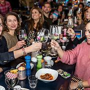 NLD/Amsterdamt/20170111 - Nieuwjaarsborrel Opvliegers 2, Cast proost op het nieuwe jaar