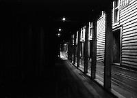 En mørklagt passasje ved Bryggen i Bergen.<br /> Foto: Svein Ove Ekornesvåg