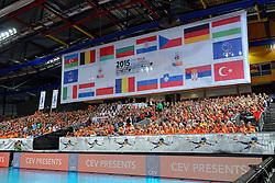 28-09-2015 NED: Volleyball European Championship Nederland - Italie, Apeldoorn<br /> Nederland verslaat Italie met klinkende cijfers 3-0 / Omnisport Apeldoorn, Oranje support publiek