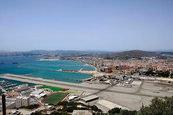 Spanje, Gibraltar, 8-6-2006..Uitzicht op het vliegveld, de grens en grensovergang. en het Spaanse La Linea. Helemaal links de Spaanse raffinaderij bij Algeciras..Britse kroonkolonie. Spanje wil de rots terug...Foto: Flip Franssen