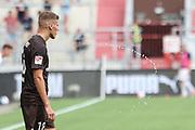 Fussball: 2. Bundesliga, FC St. Pauli - Holstein Kiel, Hamburg, 25.07.2021<br /> Jakov Medic (Kiel) spuckt Wasser<br /> © Torsten Helmke