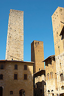 Medieval houses around Plazza Cisterna - San Gimignano - Italy .<br /> <br /> Visit our ITALY PHOTO COLLECTION for more   photos of Italy to download or buy as prints https://funkystock.photoshelter.com/gallery-collection/2b-Pictures-Images-of-Italy-Photos-of-Italian-Historic-Landmark-Sites/C0000qxA2zGFjd_k<br /> If you prefer to buy from our ALAMY PHOTO LIBRARY  Collection visit : https://www.alamy.com/portfolio/paul-williams-funkystock/sangimignano.html