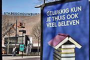 Nederland, Nijmegen, 4-4-2020  In de buurt van de schouwburg staat een muppi ter promotie van het lezen van boeken tijdens de coronacrisis. Twee culturele sectoren die het moeilijk hebben.Foto: Flip Franssen