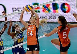 02-10-2014 ITA: World Championship Volleyball Nederland - Brazilie, Verona<br /> Nederland pakt de eerste set tegen Brazilie / Laura Dijkema, Robin de Kruijf