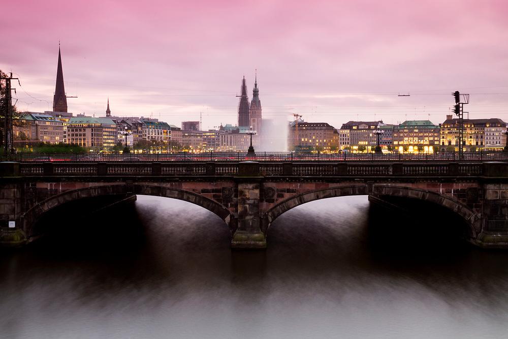 Blick auf die Lombardsbrücke und die Skyline der Alster während Sonnenuntergang