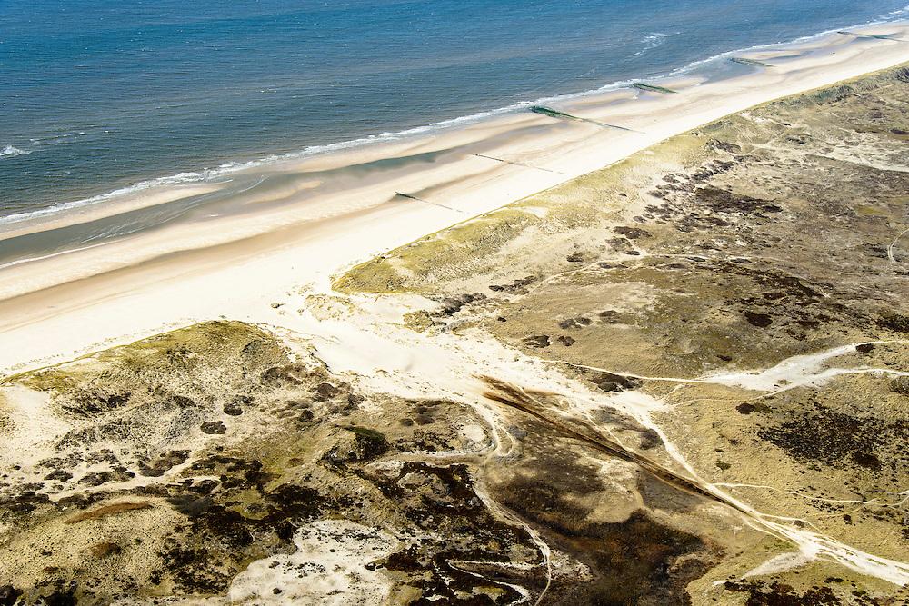 Nederland, Noord-Holland, gemeente Bergen, 20-04-2015; De Kerf, kunstmatig gegraven inham in de duinen tussen Schoorl en Bergen aan Zee, voorbeeldproject voor 'dynamisch kustbeheer'.<br /> De Kerf ('Nick'), artificially dug inlet through the dunes, example dynamic coastal management.<br /> luchtfoto (toeslag op standard tarieven);<br /> aerial photo (additional fee required);<br /> copyright foto/photo Siebe Swart