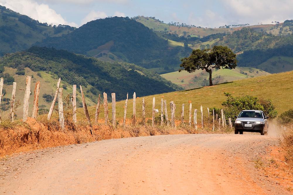 Corrego do Bom Jesus_MG, Brasil...Carro em uma estrada de terra em Corrego do Bom Jesus...A car on the dirty road in Corrego do Bom Jesus...Foto: LEO DRUMOND / NITRO.....