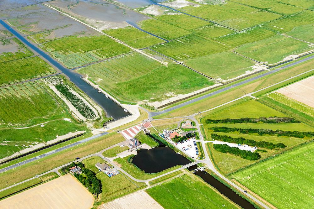 Nederland, Groningen, Gemeente Eemsmond, 05-08-2014; Noordpolderzijl met gemaal en uitwaterende sluis. Noordpolder ten noorden van Usquert.<br /> Bij het op deltahoogte brengen van de zeedijk is de oude sluis dichtgemetseld en deze maakt nu deel uit van het landart mozaiek.<br /> Noordpolderzijl pumping station and sluices. When the seawall was strengthened the old lock disappeared, it is now part of the landart mosaic. <br /> <br /> luchtfoto (toeslag op standard tarieven);<br /> aerial photo (additional fee required);<br /> copyright foto/photo Siebe Swart