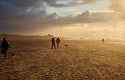 Wandelen op het strand, Zuiderstrand, Den Haag- Walking on the beach. The Hague, Netherlands