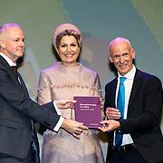 NLD/Nieuwegein/20191129 - Maxima bij jubileumcongres CNV Vakmensen, Koningin Maxima krijgt het boek overhandigt van Piet Fortuin en Johan Slok