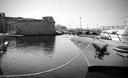 Peschereccio con una grande aqulia disegnata sulla fiancata, ormeggiata nel porto Pescherecci di Gallipoli (LE), di fronte al castello aragonese
