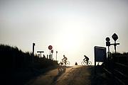 Wielrennen door de duinen in de ochtend.   Cycling through the dunes in the morning.