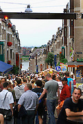 Nederland, Nijmegen, 18-7-2005<br /> Lichtkrant, mededelingenbord boven de straat,van de politie tijdens de vierdaagse , vierdaagsefeesten, om het publiek indien nodig te sturen bij calamiteiten, gevaar of drukte. Veiligheid, camera, beheersen mensenmassa, evenement, festival, menigte, criminaliteit, zakkenrollen. Bewaking, stad, plein, observeren, bewakingscamera, monitor. crowd control.<br /> Foto: Flip Franssen/Hollandse Hoogte