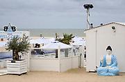 Belgie, Oostende, 6-9-2019 Aan het strand langs de Noordzee van deze mondaine badplaats in vlaanderen. Strandtent Buddha is nog open .Foto: Flip Franssen