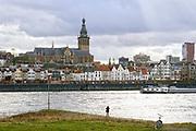 Nederland, Nijmegen, 3-2-2019 Gezicht op Nijmegen en de Waal met de waalkade, benedenstad en skyline van Nijmegen . Vanaf het lentereiland, eiland Lent, veurlent uitzicht op de stevenskerk en binnenstad, stadscentrumFoto: Flip Franssen