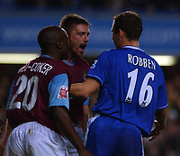 Fotball<br /> Foto: SBI/Digitalsport<br /> NORWAY ONLY<br /> 27.10.2004<br /> Carling Cup 3 runde<br /> <br /> Chelsea v West Ham United<br /> <br /> West Ham's Tomas Repka berates Chelsea's Arjen Robben after the Dutchman has won a penalty