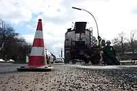 05 MAR 2010, BERLIN/GERMANY:<br /> Bauarbeiter waehrend der Reperatur von Strassenschaeden auf der Altonaer Strasse, im Hintergrund die Siegessaeule<br /> IMAGE: 20100305-01-031<br /> KEYWORDS: Strassenschäden, Straßenschäden, Frostschäden, Frostschäden, Bauarbeiten, Loch, Loecher, Löcher, Schlagloch, Schlagloecher, Schlaglöcher, Fahrbahn, Straße, Tiefbau<br /> NO MODELLRELEASE