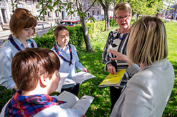 Pictured: Julie Cameron, head of programmes, Mental Health Foundation Scotland, outlines the programme to guides Katie Young, Hannah Brisbane, Katie Horsburgh and Denise Spence Chief Executive officer.<br />