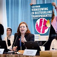 Nederland, Haarlem , 2 februari 2015.<br /> aftrap van de verkiezingscampagne voor de Provinciale Staten Verkiezingen Noord-Holland<br /> locaitie: Provincie Huis Noord Holland,Dreef 3, (nieuwe gebouw; vergaderzaal 1.4) in Haarlem<br /> het voorstellen van van de lijstrekkers en het invullen van van de stemwijzer.<br /> Op de foto: Monique Sparla van de Vrouwen Partij stelt zich voor. Rechts van haar zit Leonie Sazias van Hart voor Holland.<br /> <br /> Foto:Jean-Pierre Jans