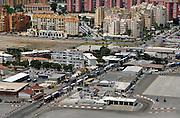 Spanje, Gibraltar, 8-6-2006..Uitzicht op het vliegveld, de grens en grensovergang. en het Spaanse La Linea...Britse kroonkolonie. Spanje wil de rots terug...Foto: Flip Franssen