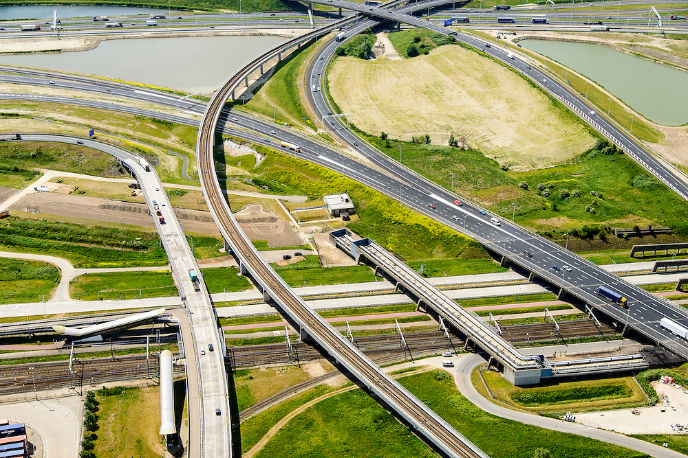 Nederland, Zuid-Holland, Rotterdam, 10-06-2015. A15 ter hoogte van knooppunt Benelux.  Betuweroute en leidingenviaduct.<br /> Motorway A15, connecting Port of Rotterdam with hinterland, harbours and container terminals.<br /> luchtfoto (toeslag op standard tarieven);<br /> aerial photo (additional fee required);<br /> copyright foto/photo Siebe Swart.