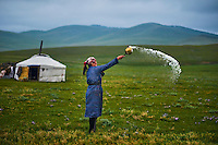 Mongolie, Province de Arkhangai, campement nomade, femme nomade faisant une offrande aux esrpits du Ciel, Tengri // Mongolia, Arkhangai province, nomad woman making an offering to Tengri, the spirit of the sky