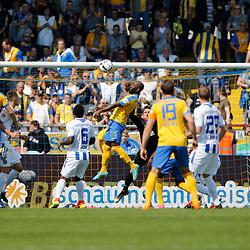 Domi Kumbela (Braunschweig, 7) (m.) köpft den Ball zum 1:0 ins Tor, Torschütze, schießt Tor, erzielt das Tor zum 1:0, Tor, Treffer, Torerfolg, scores the goal, Action, Aktion beim Spiel in der 2. Bundesliga, Eintracht Braunschweig - Karlsruher SC.<br /> <br /> Foto © PIX-Sportfotos *** Foto ist honorarpflichtig! *** Auf Anfrage in hoeherer Qualitaet/Aufloesung. Belegexemplar erbeten. Veroeffentlichung ausschliesslich fuer journalistisch-publizistische Zwecke. For editorial use only.
