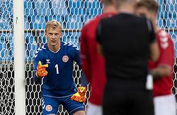 Oliver Christensen (Danmark) dirigerer sin mur under U21 EM2021 Kvalifikationskampen mellem Danmark og Ukraine den 4. september 2020 på Aalborg Stadion (Foto: Claus Birch).