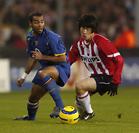 Fotball<br /> Foto: SBI/Digitalsport<br /> NORWAY ONLY<br /> <br /> UEFA Champions league.<br /> PSV Eindhoven v Arsenal<br /> 24/11/2004.<br /> <br /> Ashley Cole goes past Young-Pyo Lee