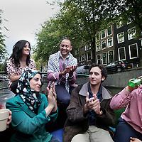 Nederland, Amsterdam , 13 oktober 2014.<br /> Een Internationale bijeenkomst van o.a. Israleïsche , Palestijnse, Amerikaanse en andere hoog opgeleide jongeren tijdens een bijeenkomst in Nederland kregen vanmiddag een boottocht door de amsterdamse grachten aangeboden.<br /> Foto:Jean-Pierre Jans