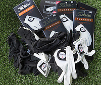 ROTTERDAM - 15 handschoenen in de Golftas van Joost Luiten. COPYRIGHT KOEN SUYK