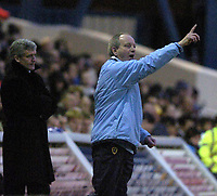 Fotball<br /> FA Cup tredje runde<br /> 08.01.2005<br /> Foto: SBI/Digitalsport<br /> NORWAY ONLY<br /> <br /> Cardiff City v Blackburn Rovers<br /> <br /> Lennie Lawrence gives the orders to his Cardiff players.