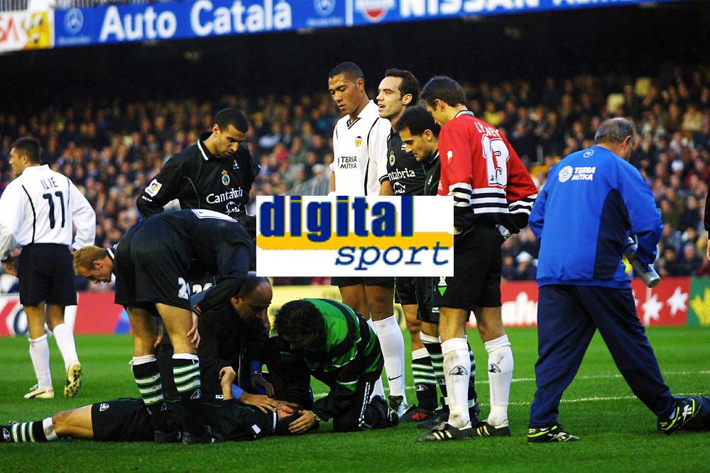 Football, Valencia-Racing Santander 7. januar 2001. Racing Santanders Jose Manuel Suarez Rivas Sietes ble skadet og måtte forlate banen. John Carew følger med.