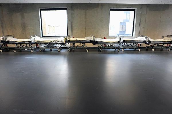 Nederland, Nijmegen, 17-10-2014 In een gang, ziekenhuisgang,  een aantel ziekenhuisbedden klaar om vervoerd te worden naar een verpleegafdeling. Foto: Flip Franssen/Hollandse Hoogte