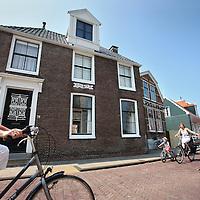 Nederland, Zaandam , 5 juli 2013.<br /> Wandeling door de binnenstad van Zaandam.<br /> Starten bij De Werf aan de Oostzijde. Daarvandaan kun je lopen op een soort boulevard tussen de flats en het water. De eerste stop is De Fabriek, filmhuis en eetcafé met terras aan de Zaan met uitzicht op de sluis. Daarna de sluis zelf.<br /> Dan langs het winkelgebied richting de Koekfabriek: Het oude Verkade pand dat is verbouwd en waar nu de bieb en sportschool en restaurant etc. in zitten.<br /> (Dat is aan de overkant van het startpunt) en misschien nog de Zwaardemaker meepakken aan de Oostzijde. Dat is een oud pakhuis die Rochdale enige jaren geleden heeft verbouwt tot appartementen met een stukje Nieuwbouw.<br /> Ook doen: het Russische buurtje vlakbij de Zaan. Dit jaar staat Rusland in de schijnwerpers en Zaandam heeft een speciale band met Rusland, vanwege het Czaar Peterhuisje en de Russische buurt. <br /> Op de foto: Blauwe Monethuis Hogendijk 78 (is nu niet meer blauw)<br /> Foto:Jean-Pierre Jans