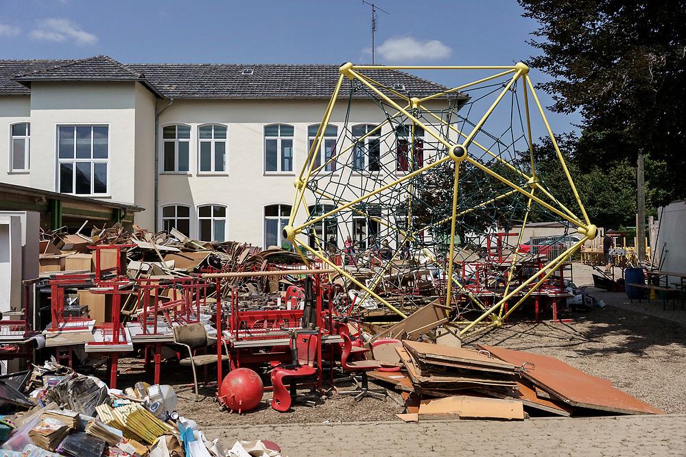 Swisttal, DEU, 21.07.2021<br /> <br /> Schäden durch langanhaltende Regenfälle und Überschwemmung in Swisttal-Heimerzheim, im Bild die Swistbachtal-Gemeinschaftsgrundschule<br /> <br /> Clean-up work in the village of Heimerzheim (municipality of Swisttal), the village center was severely damaged by flooding of the Swistbach after prolonged rainfall.<br /> <br /> Foto: Bernd Lauter/berndlauter.com
