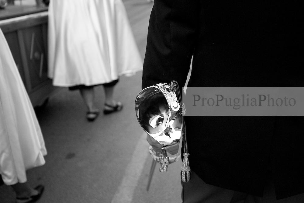 Questa foto ritrae un particolare della spada che hanno in dotazione le divise dei polizziotti durante le manifestazioni celebrative. La medesima foto è stata fatta durante la processione in onore della Madonna del Carmine, protettrice di Mesagne (Br), il 15-07-2010.