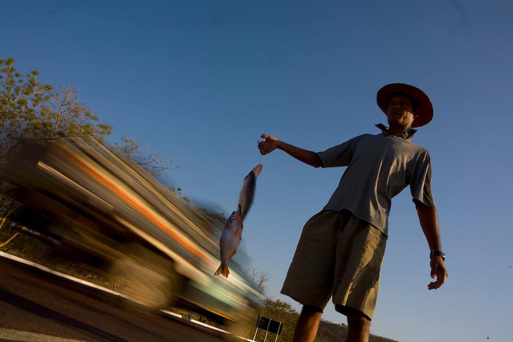 Curvelo_MG, Brazil.<br /> <br /> Zacharias, ele vende dessa maneira os peixes pescados no Rio Sao Francisco na rodovia BR 135 em Curvelo, Minas Gerais.<br /> <br /> Zacharias, He sells the fish of the Sao Francisco river in the highay BR 135 Curvelo, Minas Gerais.<br /> <br /> Foto: LEO DRUMOND / NITRO