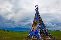 Mongolie, Arkhangai, La vallee de la la Steppe Jaune, Ovo, monument bouddhiste et chamanique // Mongolia, Arkhangai, Yellow Steppe valley, Ovo, buddhist and shaman monument
