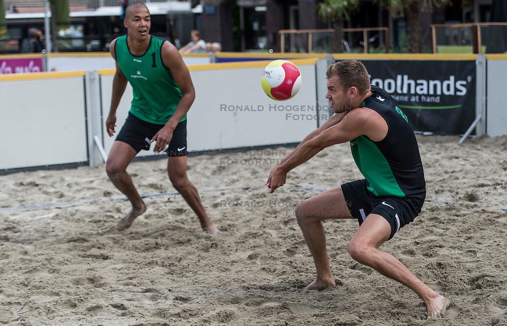 17-06-2016 NED: Beachvolleybaltoernooi eredivisie, Amsterdam<br /> Op het Mercatorplein in Amsterdam gaan de beachers uit de eredivisie van start / Nimir Abdelaziz #1, Gijs Jorna #2