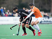 BLOEMENDAAL - Valentin Verga (A'dam) met Xavi Lleonart Blanco (Bldaal)  . Hockey hoofdklasse heren, Bloemendaal-Amsterdam (2-0) . COPYRIGHT KOEN SUYK
