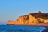 France, Seine-Maritime (76), Pays de Caux, Côte d'Albâtre, Etretat, la plage et la falaise d'Amont // France, Seine-Maritime (76), Pays de Caux, Côte d'Albâtre, Etretat, the beach and the cliff of Amont