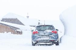 THEMENBILD - In der Steiermark sorgt heftiger Schneefall und Sturm für Behinderungen im öffentlichen Leben und im Straßenverkehr. Hier im Bild ein Auto neben einer großen Schneewechte, aufgenommen am Sonntag 6. Jänner 2019 im Obertal bei Schladming, Steiermark // In Styria heavy snowfall and storms create disabilities in public life and in traffic. Car next to a big snowdrift, pictured on Sunday 6. January 2019 in Obertal near Schladming, Steiermark. EXPA Pictures © 2019, PhotoCredit: EXPA/ Martin Huber