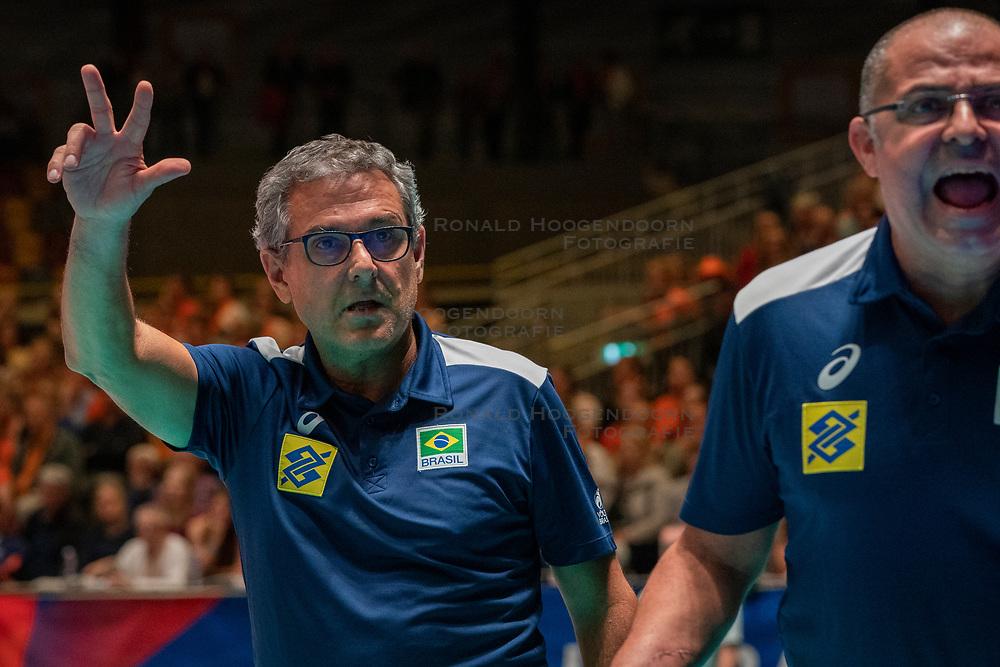 28-05-2019 NED: Volleyball Nations League Netherlands - Brazil, Apeldoorn<br /> <br /> Coach Jose Ze Roberto Guimaraes of Brazil