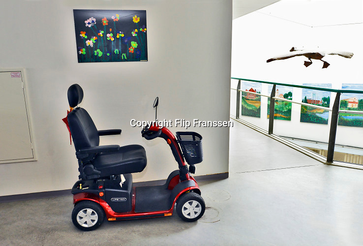 Nederland, Millingen, 12-2-2020In een zorgcentrum voor ouderen staat een scootmobiel, rolstoel op de gang.Veel verpleeghuizen, verzorgingshuizen kampen met personeelstekort .  Foto: Flip Franssen