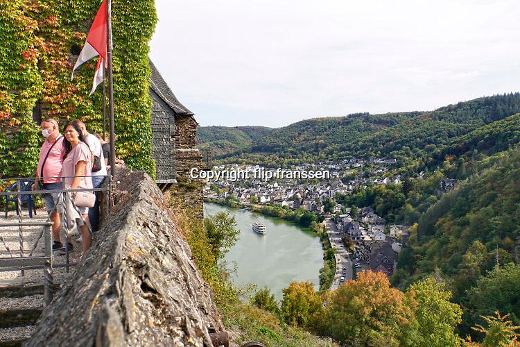 Duitsland, Cochem, 20-9-2020 Toeristen op de burcht van deze historische en toeristische stad langs de rivier de Moezel. Het panorama is een trekpleister voor het toerisme in het Moezeldal. Foto: ANP/ Hollandse Hoogte/ Flip Fransen