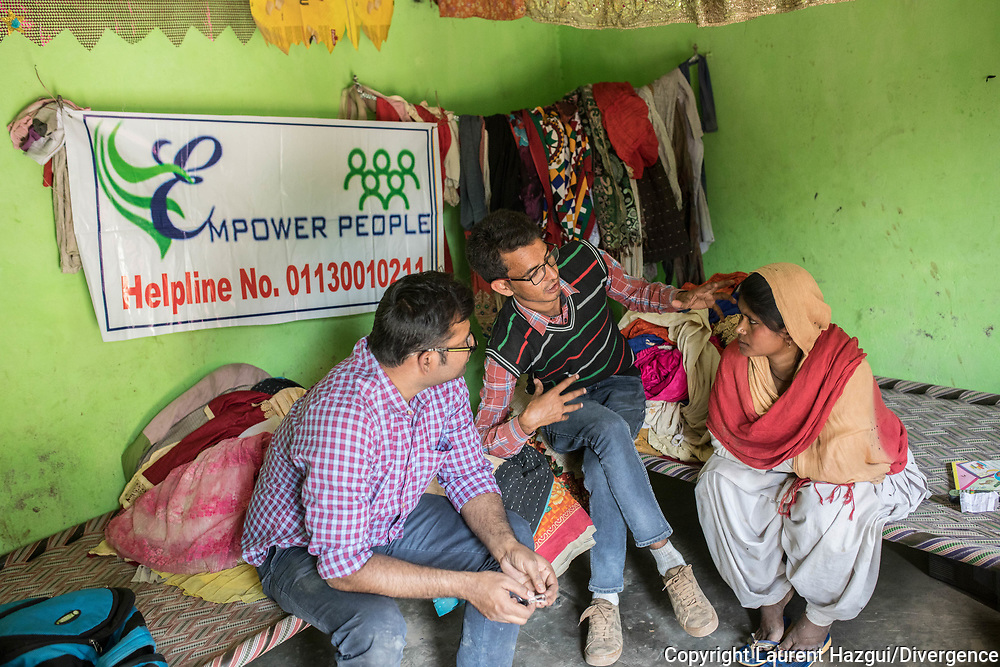 Trafic d'épouse 11032019. Haryana. Biwhat district. Village. La trentaine, le visage poupon, Sanjida vit dans une pièce unique avec son « mari », Mobin, et leurs quatre enfants. La jeune femme avait une quinzaine d'années quand plusieurs hommes l'ont enlevée à la sortie de l'école, dans l'Assam, pour l'emmener de force en Haryana et la vendre à Mobin. Ses parents ont mis six ans à la retrouver. Après des mois de recherches, son père a fini par entrer en contact avec une fille du même village, vendue elle aussi, qui l'a mis sur la piste des trafiquants. « Avec un oncle policier, mon père a forcé l'un des intermédiaires à l'emmener jusqu'à moi », relate Sanjida. Salim Khan, le relais local d'Empower People, les aide à s'organiser. Toujours tiré à quatre épingles, les traits impassibles derrière des lunettes rectangulaires, ce notable de 28 ans est connu comme le loup blanc à Mewat. Salim Khan a été l'un des premiers à s'ériger contre le trafic des épouses, dont il est témoin depuis l'enfance. Son père a longtemps siégé au panchayat, l'assemblée rurale chargée des affaires courantes. « Les 'paros' venaient le voir pour lui faire part de leur problème », se souvient-il. Son engagement lui vaut encore aujourd'hui des menaces. « J'entends souvent : 'Quitte ce boulot et arrête d'aider ces femmes, ou il va t'arriver des problèmes', sourit-il. Même dans ma famille, on m'a dit que j'étais fou. »