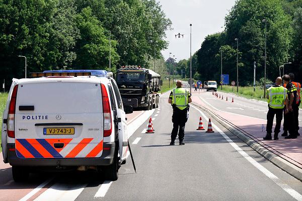 Nederland, Nijmegen, 26-5-2018Na een ernstig verkeersongeluk maakt de politie beelden, luchtbeelden met behulp van een drone . Hiervoor is de weg afgezet want het publiek mag dan niet onder de drone komen .Foto: Flip Franssen