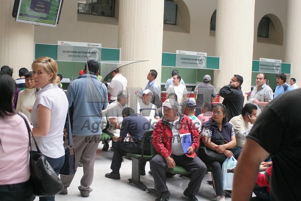 TOLUCA, México.- En el último día para realizar el pago de la Tenencia Vehicular, cientos de personas acudieron al Centro de Servicios Administrativos de la ciudad de Toluca para realizar este trámite. Agencia MVT / Jesús Romero. (DIGITAL)
