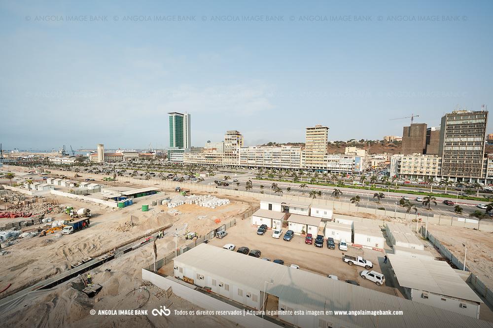 Vista aérea da cidade Luanda, capital de Angola. Obras de construção da nova baia de Luanda